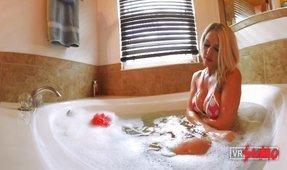 VR Porn Video - VR Virgin Caught BATHING - VOYEUR