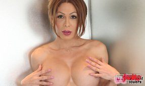VR Porn Video - Tranny Vanessa Johns Doing A Solo Show Only For Your Eyes