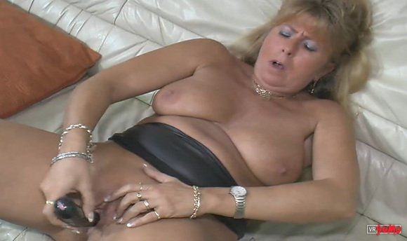 VR Porn Video - Busty Amateur Mature Toying Her Shaved Cunt